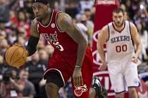Hvězdý LeBron James z Miami (vlevo) proti Philadelphii.