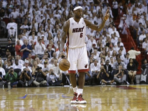 Hvězdný LeBron James z Miami zakládá akci proti Indianě.
