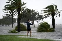 Muž si pořizuje fotografii na břehu jezera Pontchartrain v New Orleans, ke kterému se 29. srpna 2021 blíží hurikán Ida