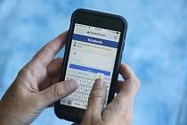 Sociální síť Facebook na mobilním telefonu - ilustrační foto