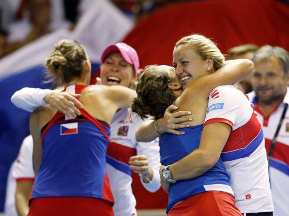 České tenistky se radují z pátého triumfu ve Fed Cupu za posledních šest let. Ve finále porazily Francii.