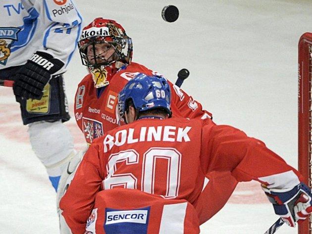 Gólman Alexander Salák a Tomáš Rolinek na Švédských hrách proti Finsku.