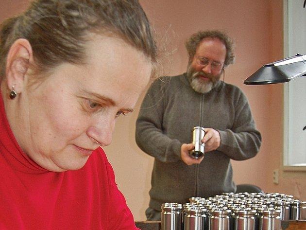 Obrušování kovových součástek patří k typickým činnostem, které handicapovaní v chráněné dílně vykonávají.