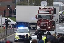 Policie eskortuje kamion, ve kterém bylo v hrabství Essex na jihovýchodě Anglie nalezeno 39 mrtvých těl.