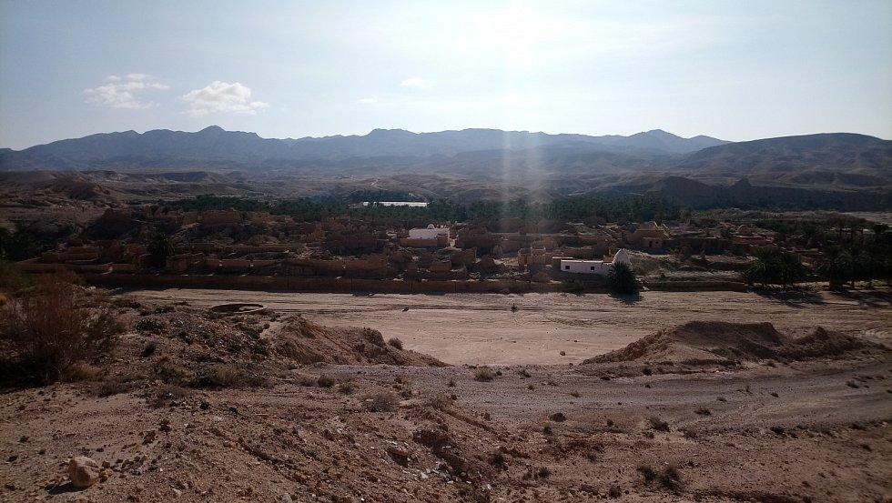 Pozůstatky vesnice v oáze Tamerza, kterou postihl stejný osud jako Chebiku.