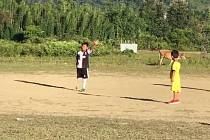 Malý Kunal se narodil bez nohy, přesto sportuje.