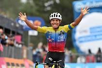 Ekvádorský cyklista Jonathan Caicedo se raduje ze svého vítězství ve 3. etapě Gira.