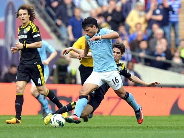 Sergio Agüero z Manchesteru City se probíjí obranou Chelsea.