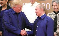 Donald Trump a Vladimír Putin na summitu APEC ve vietnamském Danangu