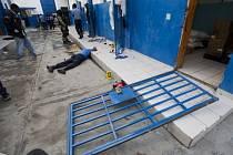 Ministr spravedlnost Camille Edouard Junior uvedl, že jeden z věznů se zabil poté, co během útěku spadl ze zdi.