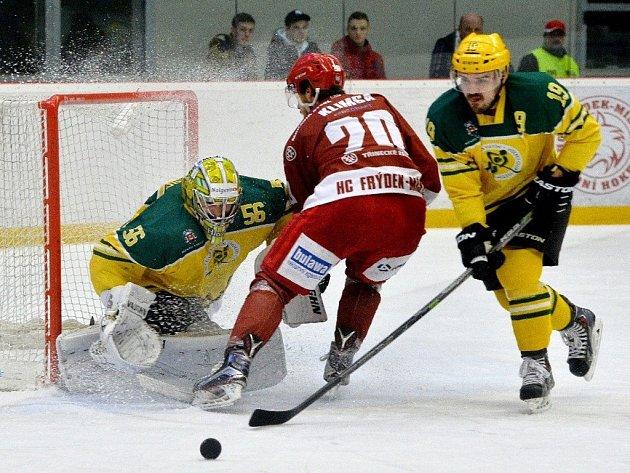 Hokejisté Vsetína (ve žlutém) proti Frýdku-Místku.
