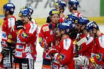 Zklamaní hokejisté Pardubic po vyřazení v semifinále extraligy, nestačili na Vítkovice.