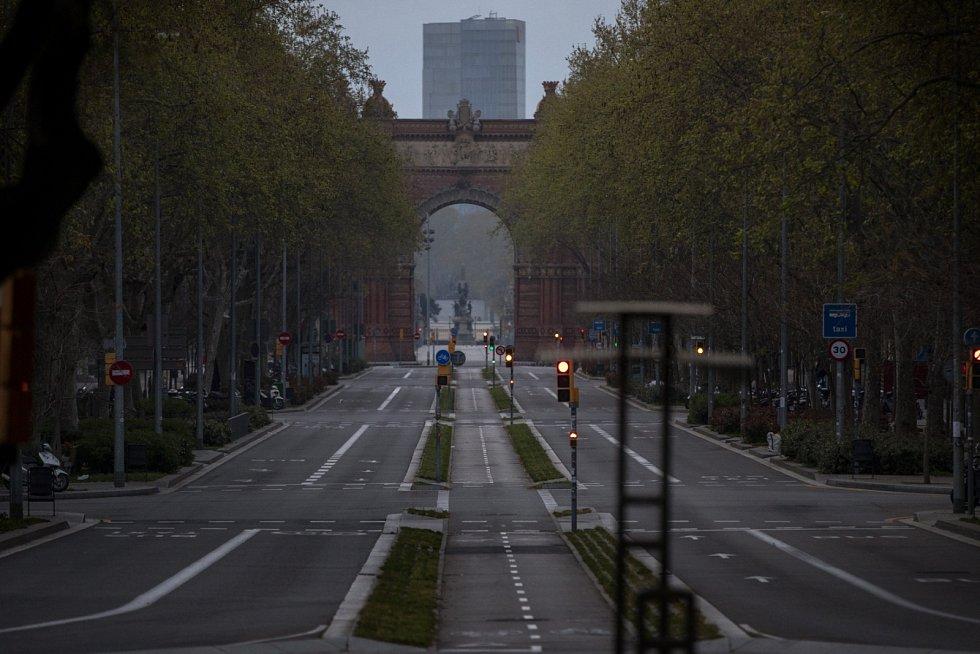Pandemie koronaviru vyhnala čilý ruch také z ulic katalánské metropole Barcelony.