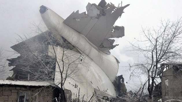 V Kyrgyzstánu se zřítilo letadlo na vesnici, přes třicet mrtvých