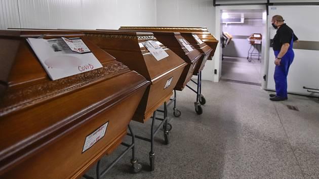 Rakve se zesnulými v kremtoriu. Ilustrační snímek