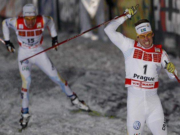 Švéd Emil Joensson (vpravo) se raduje z vítězství čtvrtého dílu Tour de Ski, který se konal na pražském Strahově