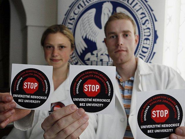 """Medici již od minulého týdne nosí na plášti samolepku s nápisem """"Stop univerzitním nemocnicím bez univerzit"""" a podepisují se pod petice."""
