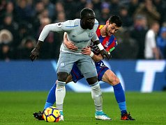 Hráč Evertonu Oumar Niasse (vlevo) and Joel Ward z týmu Crystal Palace (vpravo) v zápase Premier League
