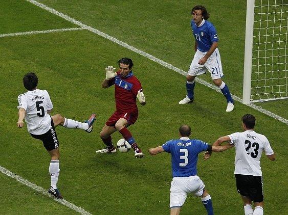 Opora italské reprezentace Buffon likviduje šanci Hummelse.