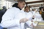 Andrej Babiš a Adriana Krnáčová nalévali na Štědrý den na Staroměstském náměstí v Praze rybí polévku.