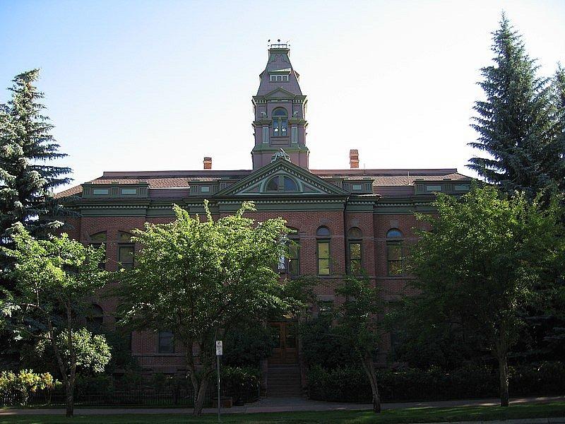 Z této soudní budovy Bundy utekl, šlo o jeho první útěk po zatčení.