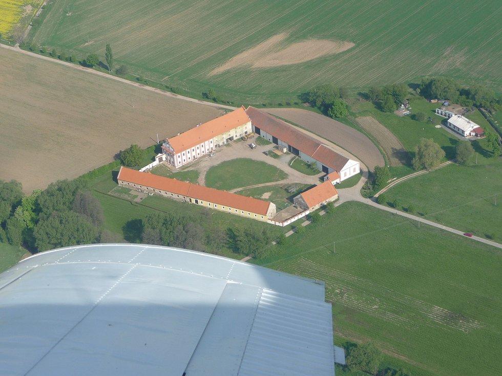 Dvůr Gigant Záluží na Plzeňsku po roce 1989 vypadal na zbourání. Po restituci ale Ivan Korec z polorozpadlého hospodářství vytvořil místo sloužící nejen zemědělství, ale i kultuře a lákající turisty.
