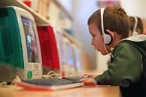 Dítě u počítače, internet, sluchátka vyučování. Ilustrační foto.