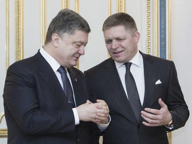 Slovenský premiér Robert Fico a jeho delegace včera jednali v Kyjevě s ukrajinským prezidentem Petrem Porošenkem v době, kdy situaci na Ukrajině provází hutná atmosféra napětí.