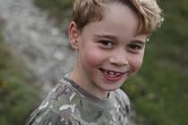 Britský princ George slaví sedmé narozeniny. Královská rodina zveřejnila jeho nové fotky