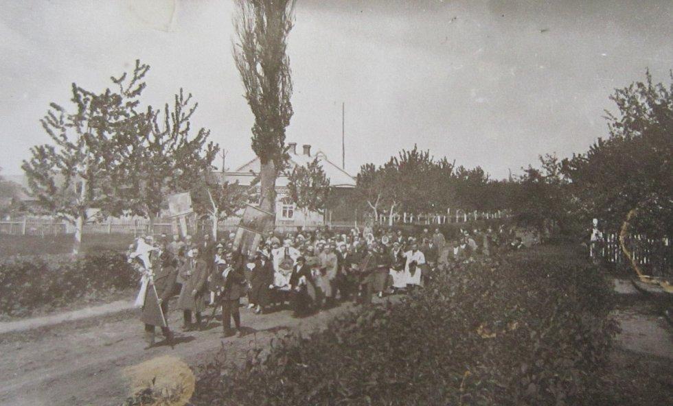 Procesí o pouti v Novostavcích na Volyni v roce 1939