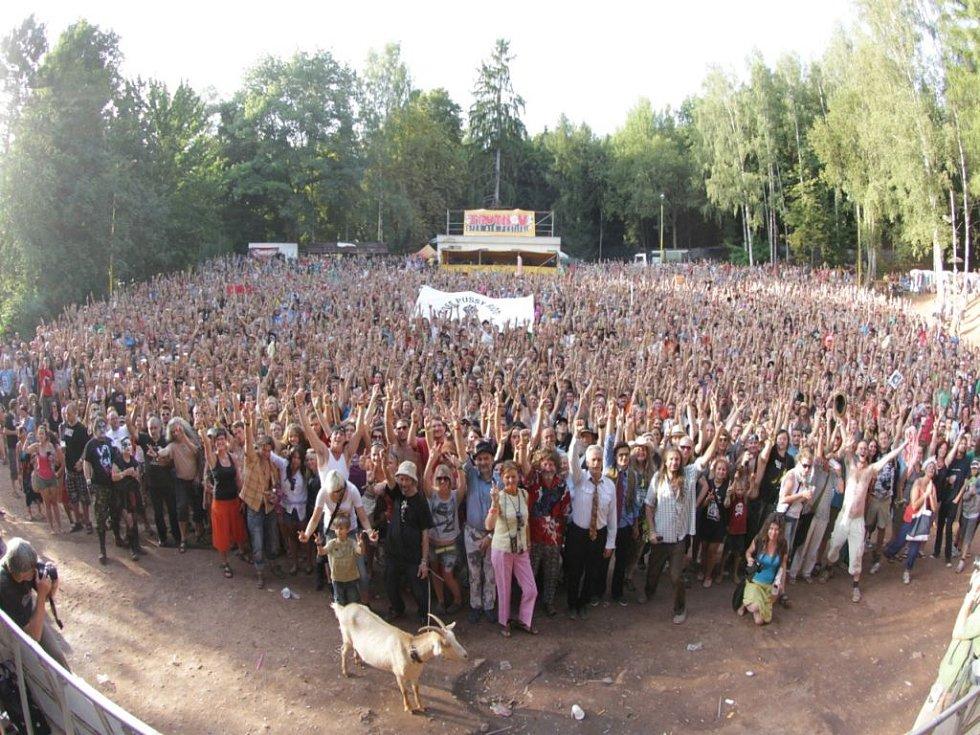 Účastníci a pořadatelé letošního Trutnovského festivalu si udělali skupinové foto. V popředí koza, pravděpodobně Stanislava Pence.