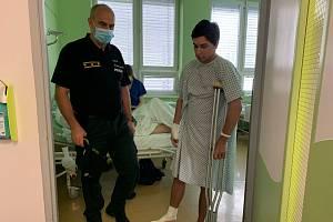 Slovenský policejní prezident Milan Lučanský (vlevo) navštívil v nemocnici policisty, kteří byli při zneškodnění pachatele sami poraněni.