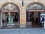 """Jedna z mála """"férových"""" směnáren. Poplatek zde není, výše marže také nepatří k nejhorším. Údajně však obchody kazí nejrůznější podvodníci, kteří se poflakují poblíž a nabízejí cizincům třeba prošlé běloruské rubly."""