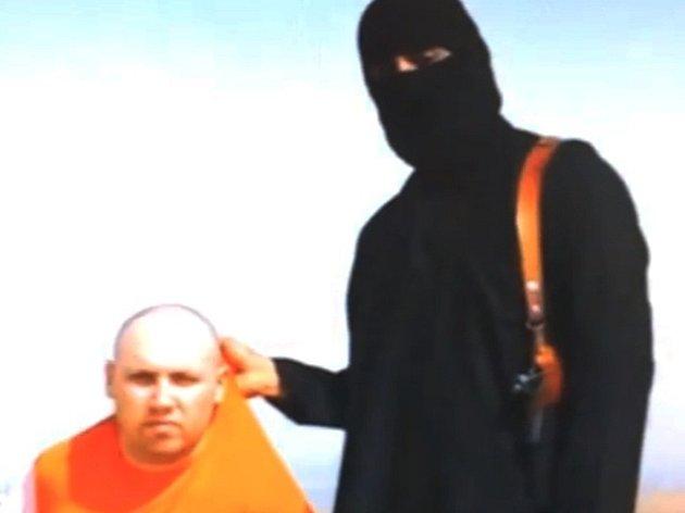 Snímek z videa se zajatým novinářem Stevenem Sotloffem.