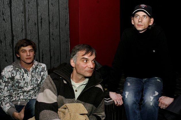 Režisér nové televizní detektivní trilogie nazvané Ďáblova lest Jiří Strach (vpravo) a hereci Ivan Trojan a Vojtěch Dyk (vlevo) po novinářské projekci, která se uskutečnila 13. ledna v kině Mat.
