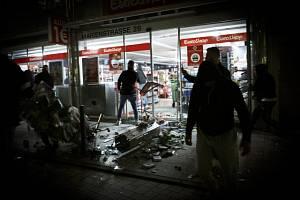 Kontrola drog vyvolala ve Stuttgartu rabování a střety s policií.