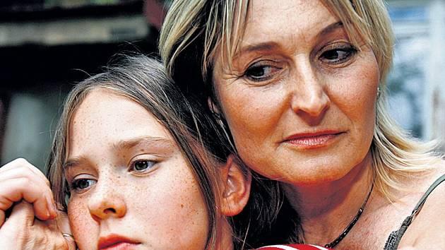 Na pohodu se svou matkou malá Terezka zatím jen vzpomíná.