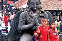 FOŤTE PAMÁTKY I NÁS. Staré Káthmándú je prostoupené stovkami svatyní, buddhistických i hinduistických.