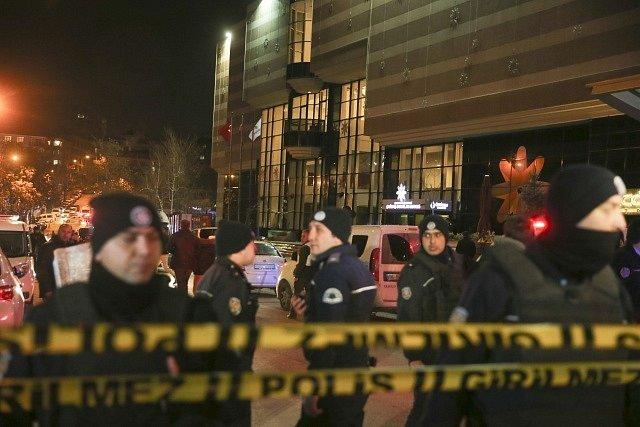 Ruský velvyslanec v Ankaře byl zastřelen v galerii v turecké metropili.
