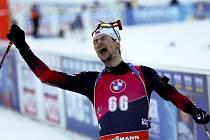 Norský biatlonista Sturla Holm Laegreid a jeho radost ze zlata na MS