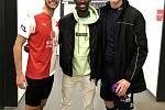 Abdallah Sima se po pohárovém utkání neváhal vyfotit se soupeřem Mikulášem Jášou (vlevo), bývalým spoluhráčem z Táborska