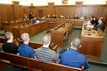 Za mimořádných bezpečnostních opatření začal v Ostravě soudní proces se čtyřmi radikály, kteří čelí obžalobě ze žhářského útoku vůči romské rodině z Vítkova na Opavsku.