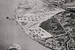 Prostředí základny Port Chicago z leteckého pohledu