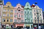 Na plzeňském náměstí Republiky najdete celou řadu nádherných historických domů. Vdobě svého založení zabíralo sedminu celého města apatřilo ktěm největším vEvropě.