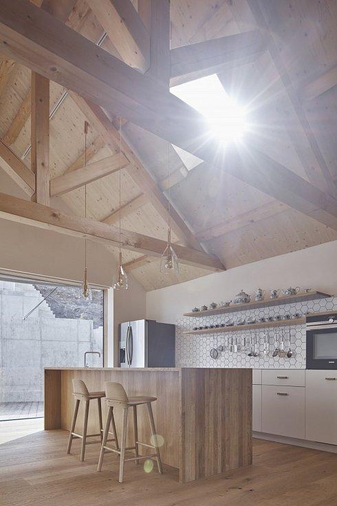 Světlému interiéru dominuje přírodní dubové a smrkové dřevo.