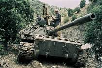 Mudžahedíni v ukořistěném sovětském tanku v roce 1988