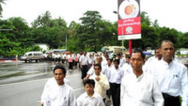 Protestního pochodu ulicemi Rangúnu se zúčastnilo na pět set lidí