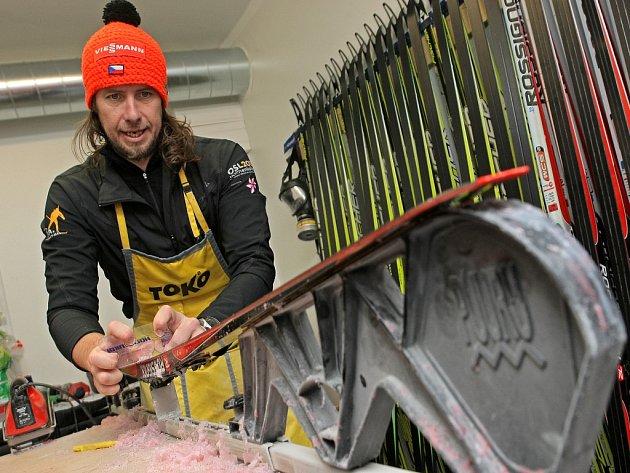 Servisní zázemí českého biatlonového týmu s hlavním servismanem Danielo Müllerem.