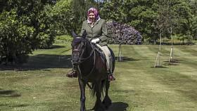 Britská královna Alžběta II. během vyjížďky na koni ve windsorském parku