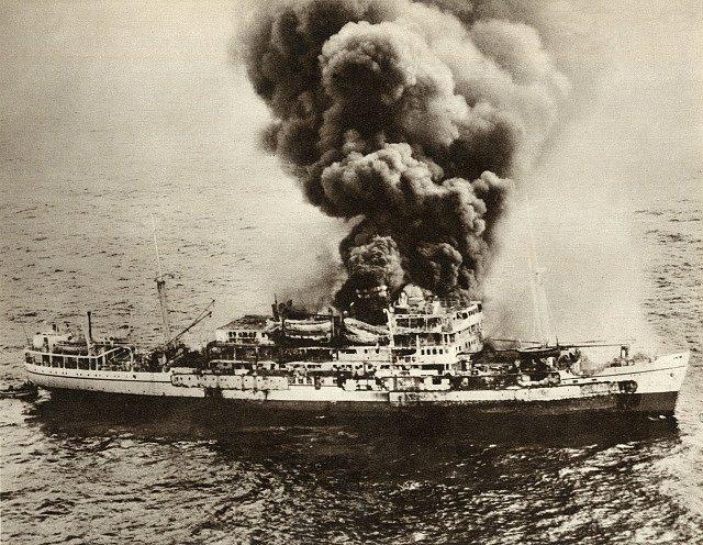 Hořící britská loď Dara v zálivu na dohled od Dubaje v dubnu 1961